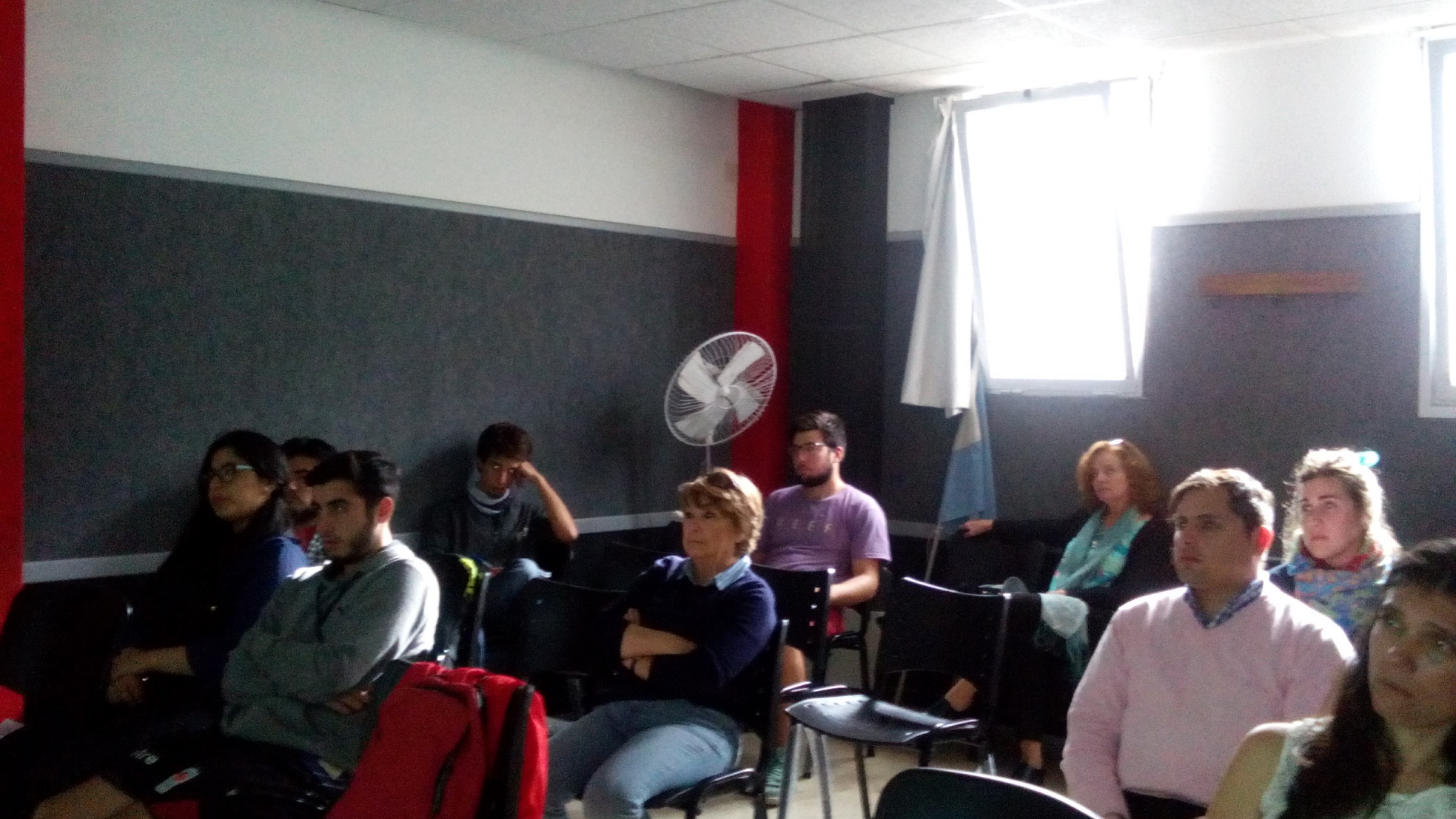 Asistentes presenciando la videoconferencia en el Aula 1 de ADUM